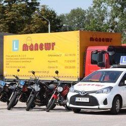 motocykle i samochody w szkole nauki jazdy