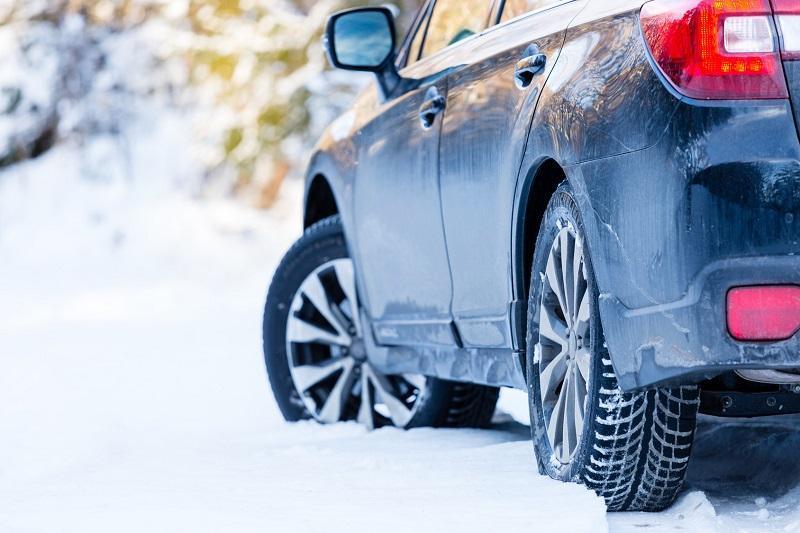 Jak prowadzić auto zimą?