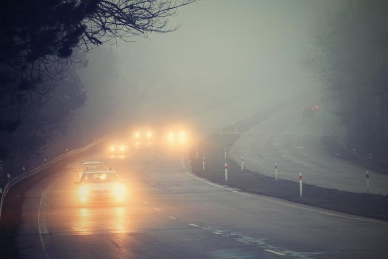 Bezpieczna jazda samochodem we mgle