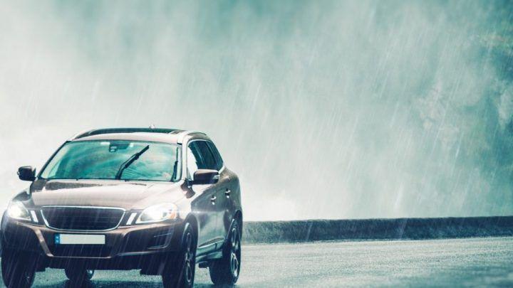 Bezpieczna jazda autem podczas deszczu